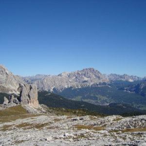 Vista su Cortina d'Ampezzo e le Cinque Torri